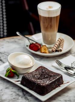 Schokoladenvulkan mit eis