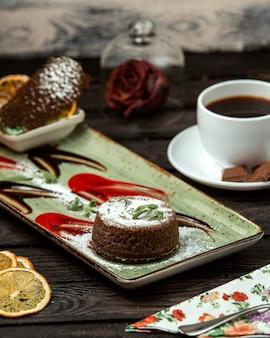 Schokoladenvulkan mit schwarzem kaffee