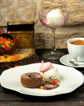 Schokoladenvulkan und eis mit baiser