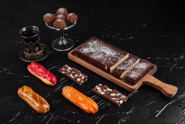 Schokoladenwaffeln auf einem holzbrett mit keksen.