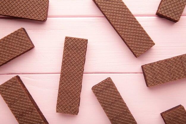 Schokoladenwaffeln auf rosa mit kopienraum