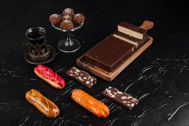 Schokoladenwaffeln mit eclairs und keksen.