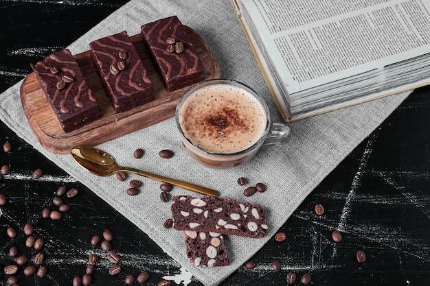 Schokoladenwaffeln mit einer tasse cappuccino.