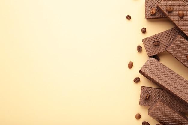 Schokoladenwaffeln mit kaffee auf beige