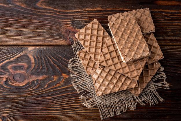 Schokoladenwaffeln mit milchfüllung auf dem tisch
