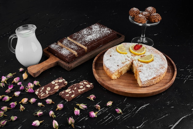 Schokoladenwaffeln mit zitronenkuchen und keksen.