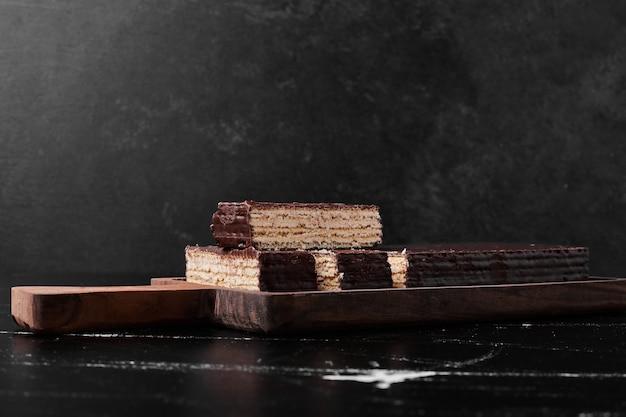 Schokoladenwaffelplätzchen auf einem holzbrett.