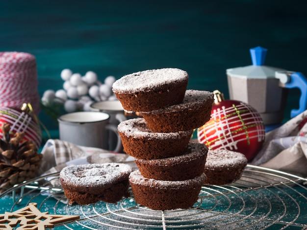 Schokoladenwintermuffins mit puderzucker