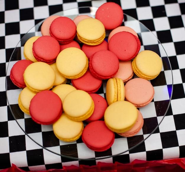 Schokoriegel auf der geburtstagsfeier des jungen mit vielen verschiedenen süßigkeiten