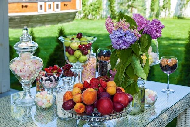 Schokoriegel aus fruchtbeeren und marshmallow für eine party
