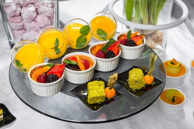 Schokoriegel, köstliche fruchtdesserts in einem restaurant