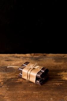 Schokoriegel mit einer schnur gebunden