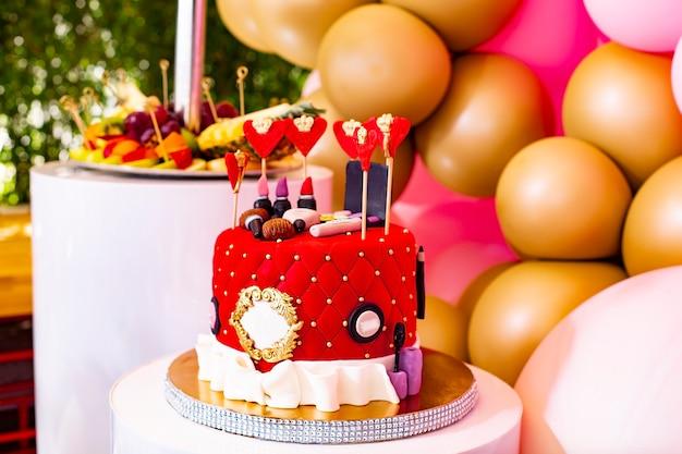 Schokoriegel mit süßigkeiten und obstdekoration mit luftballons zum feiern.