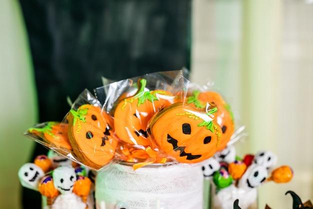 Schokoriegel mit süßigkeiten zur feier von halloween