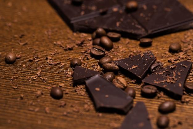 Schokoriegel und kaffeebohnen