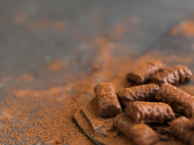Schokoriegel und kakaopulver