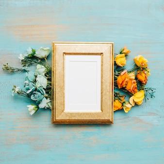 Schöne Blumen mit Vintage-Rahmen.