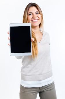 Schöne Frau zeigt digitale Tablette. Isoliert auf weiß.