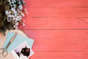 Schöne Komposition mit blauen Blumen und Vintage-Hintergrund