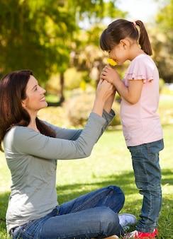 Schöne Mutter mit ihrer Tochter im Park