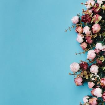 Schöne Rosen auf blauem Untergrund