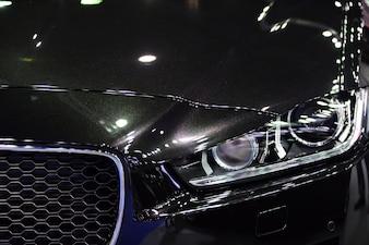 Schöne Teile des neuen Autos. Scheinwerfer, Körperlichter, moderne und sportliche Optik.