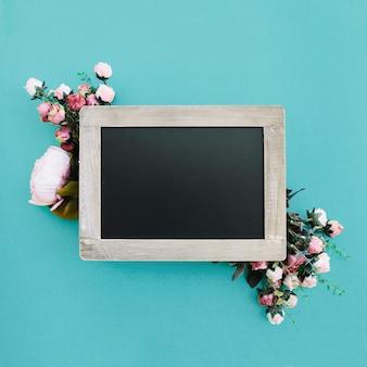 Schöner Hochzeitshintergrund mit netter Tafel für verspotten oben