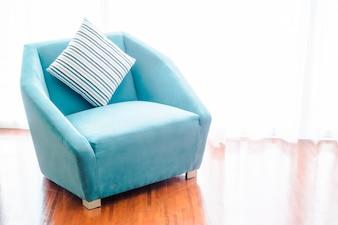 Schönes Luxuskissen auf Sofadekoration im Wohnzimmerinnenraum - Weinlese-Licht-Filter