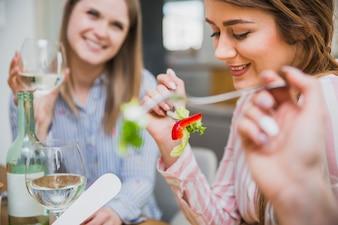 Schönheiten, die Mahlzeit genießen