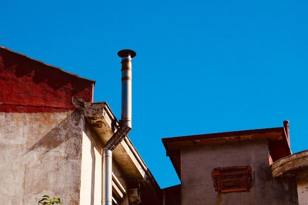 Schornstein auf dem dach des hauses, architektur in bilbao stadt, spanien
