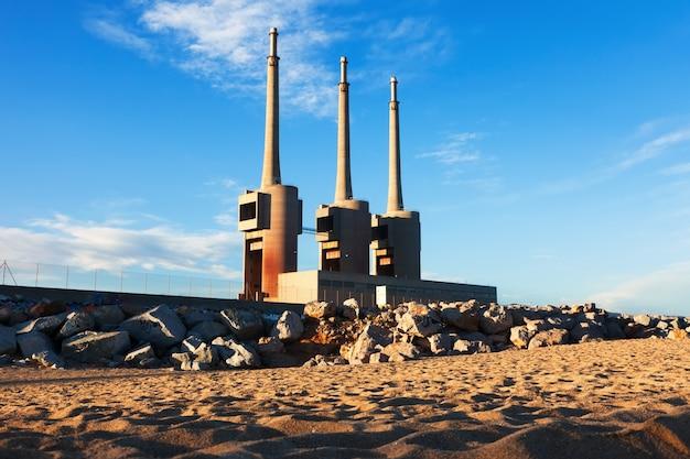 Schornsteine der vernachlässigten thermischen station des stroms