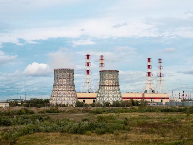 Schornsteine eines kraftwerks, eines industriegebiets im südwesten von sankt petersburg