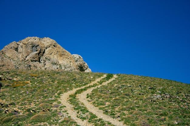 Schotterstraße oben auf den bergen