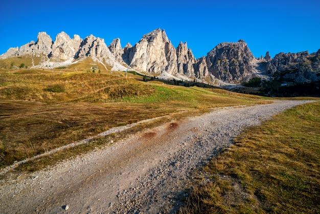 Schotterstraße und wanderweg in dolomite italien