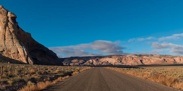 Schotterweg, der durch eine landschaft, amangiri, canyon point, hoodoo-spur, utah, usa überschreitet