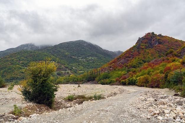 Schotterweg in den bergen