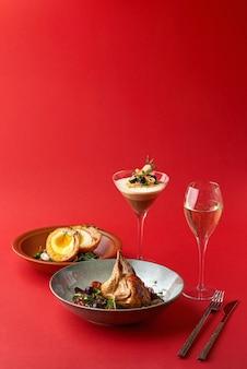 Schottische eier, gebratene wachteln und dessert