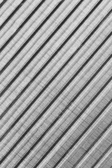 Schräg gestreifter metallischer materialhintergrund
