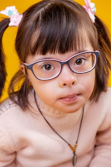 Schräge augen haben. hübsche kleine dame mit großen braunen augen posiert und trägt eine brille für eine bessere sicht