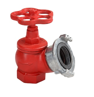 Schräger hydrant mit rotem eisenventil und aluminiumkupplung zum schnellen anschließen eines feuerwehrschlauchs, isoliert auf weißem hintergrund, gespeicherte pfadkonturauswahl.