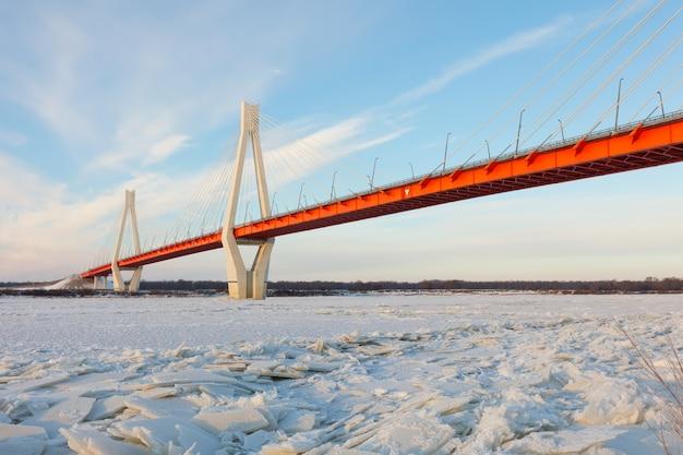Schrägseilbrücke im winter