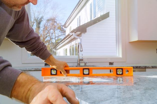 Schränke mit granitarbeitsplattenrenovierung und granitinstallation