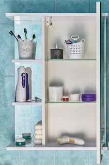 Schrank mit tür für badezimmer mit toilettenartikeln in regalen.