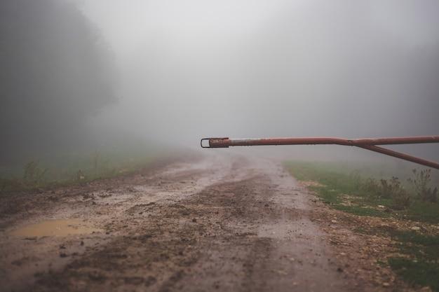 Schranke verschließt die einfahrt zum feldweg