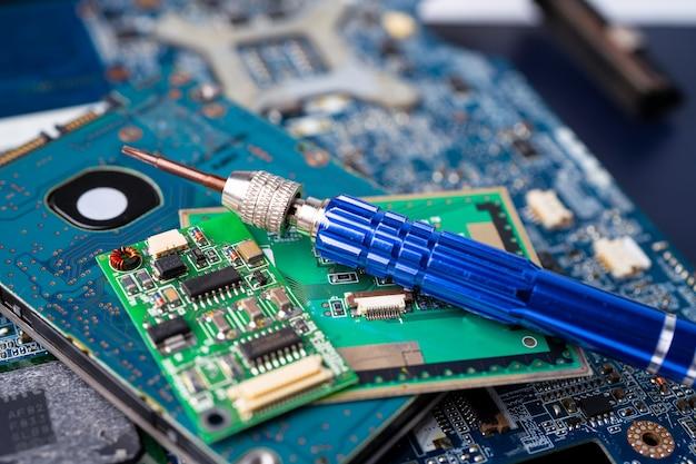 Schraubendreher an der hardware der hauptplatine des computers.
