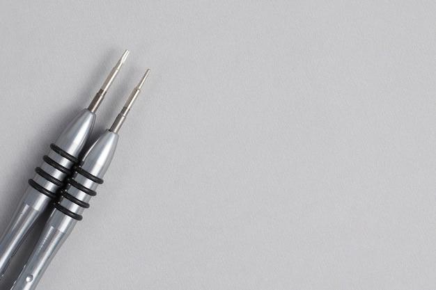 Schraubendreher für die laptopreparatur isoliert auf grau