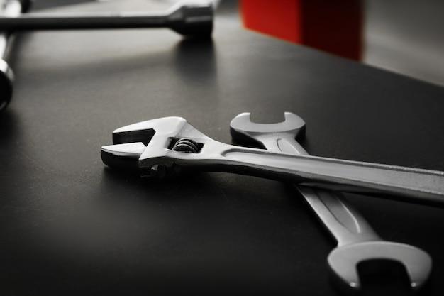 Schraubenschlüssel auf dem tisch in der autowerkstatt, nahaufnahme