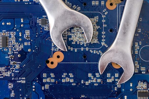 Schraubenschlüssel auf motherboard nahaufnahme