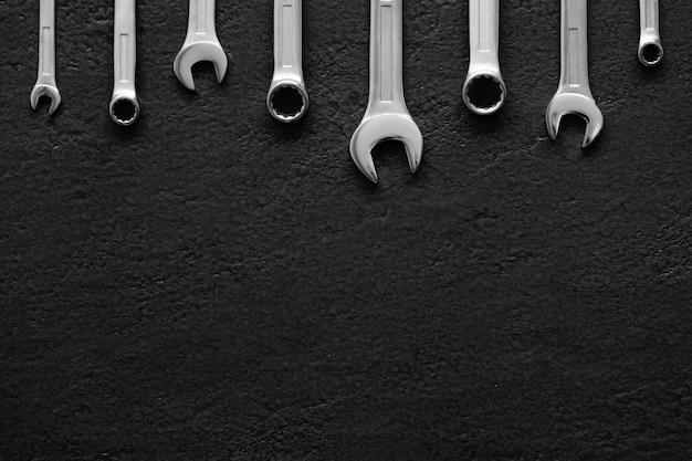 Schraubenschlüssel auf schwarz
