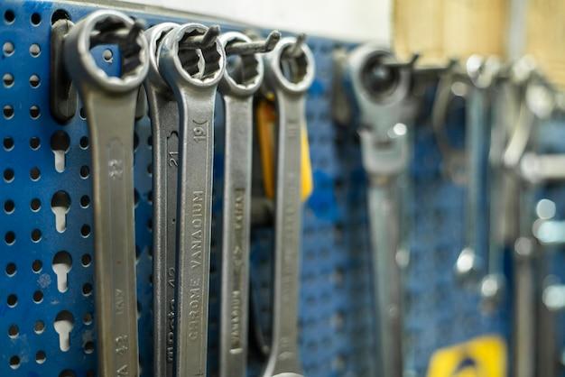 Schraubenschlüssel hängen am regal in der mechanischen werkstatt